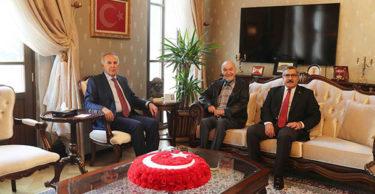 Gazeteci Hıncal Uluç ve AK Parti Milletvekili Hüseyin Yayman Vali Erdal Ata'yı ziyaret etti.