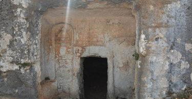 Altınözü'ndeki kaya mezarlar turizme kazandırılacak