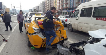 Gelişim Kavşağı Trafik ışıklarında kaza!