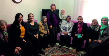 AK Parti'nin kadınları kapı, kapı dolaşıyor