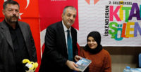 Görme engelli yazar kitaplarını imzaladı