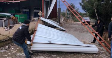 Hatay'da fırtına çatıları uçurdu