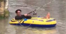 Göle dönen yolda şişme botuyla kürek çekti Göle dönen yolda şişme botuyla kürek çekti