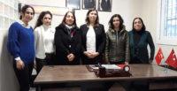 DEFNE'DE MHP'YE KATILANLARA ROZETLERİ TAKILDI