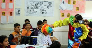 Üniversite öğrencileri köydeki çocukları sevindirdi