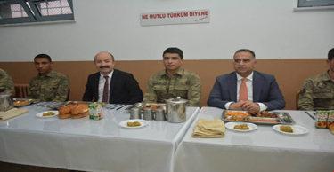 Kaymakam Uygur, Sınırın Sıfır Noktasında Mehmetçik'le İftar Yaptı.