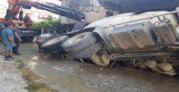 Hatay'da beton mikseri geçişinde parke zemin çöktü