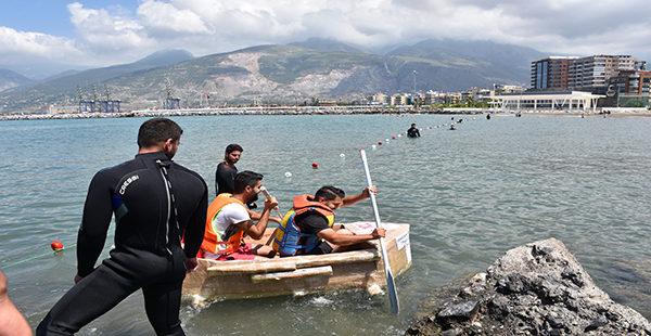 Öğrenciler denizde karton tekneyle yarıştı