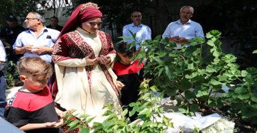 Sünnet töreni öncesi şehit babalarının mezarı ziyaret ettiler