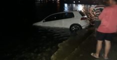 El freni çekilmeyen otomobil limana düştü