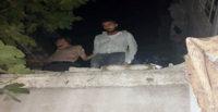 Mülteci kaçakçısı, damda yakalandı
