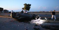 Hatay'da direğe çarpan otomobil devrildi: 2 yaralı