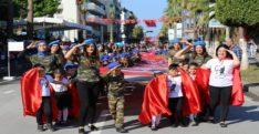 Minikler 150 metrelik bayrak açtı