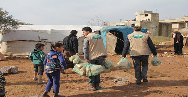 Suriye'de zor şartlarda yaşayan ailelere sıcak yemek yardımı