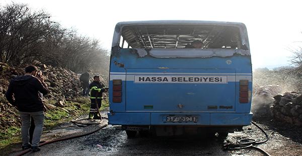 Hatay'da seyir halindeyken yanan servis otobüsü kullanılamaz hale geldi