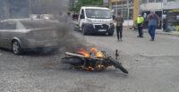 POLİSİN CEZA YAZMAYA ÇALIŞTIĞI SÜRÜCÜ MOTOSİKLETİNİ YAKARAK KAÇTI
